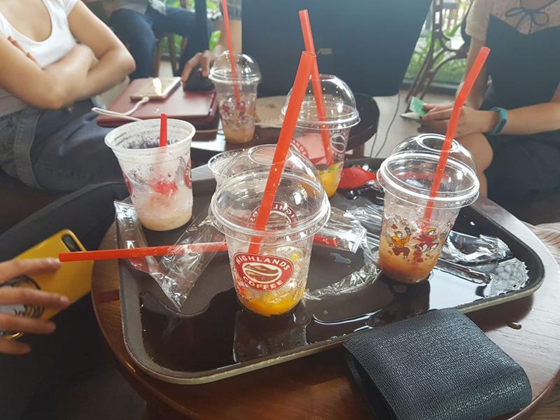 Highland coffee vẫn sử dụng đồ nhựa ngay tại quán